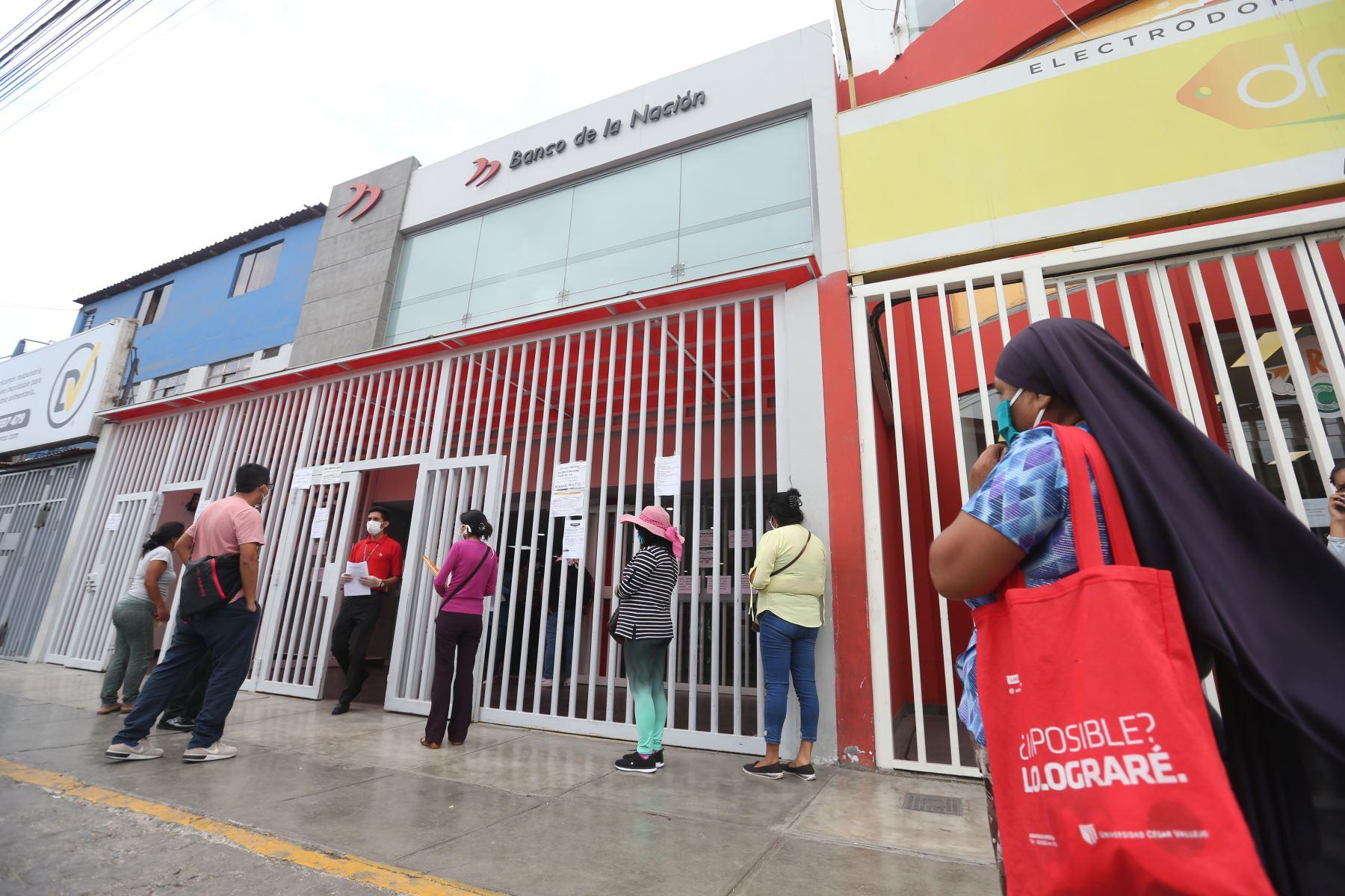 Ciudadanos beneficiarios del bono de 380 soles otorgado por el Estado se acercaron a las agencias del Banco de la Nación a cobrar el subsidio. Foto: ANDINA/Jhonel Rodríguez Robles