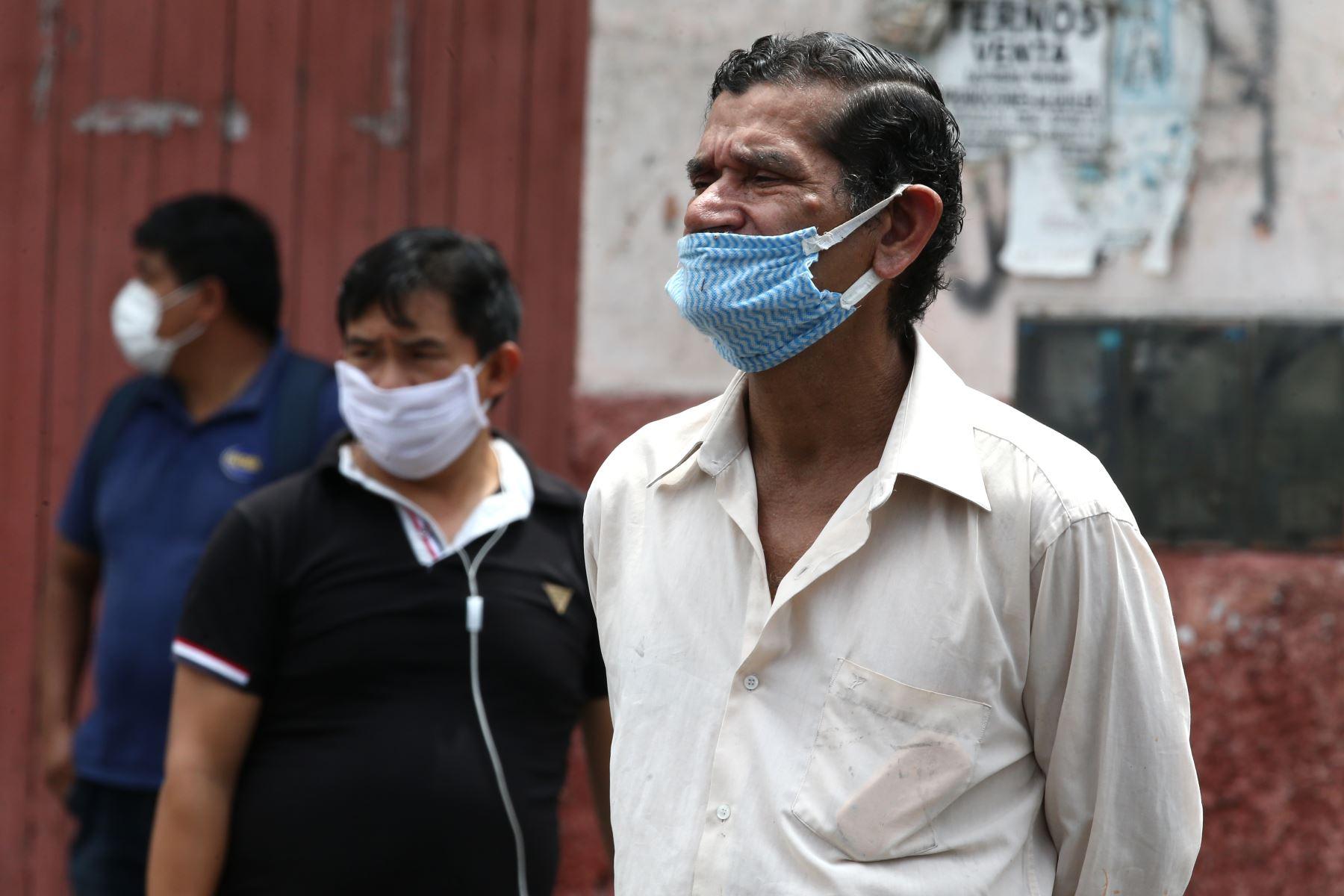 Ciudadanos improvisan mascarillas para protegerse del coronavirus, durante el día 11 de Estado de Emergencia decretado por el Jefe de Estado en prevención del Covid-19. Foto: ANDINA/Vidal Tarqui