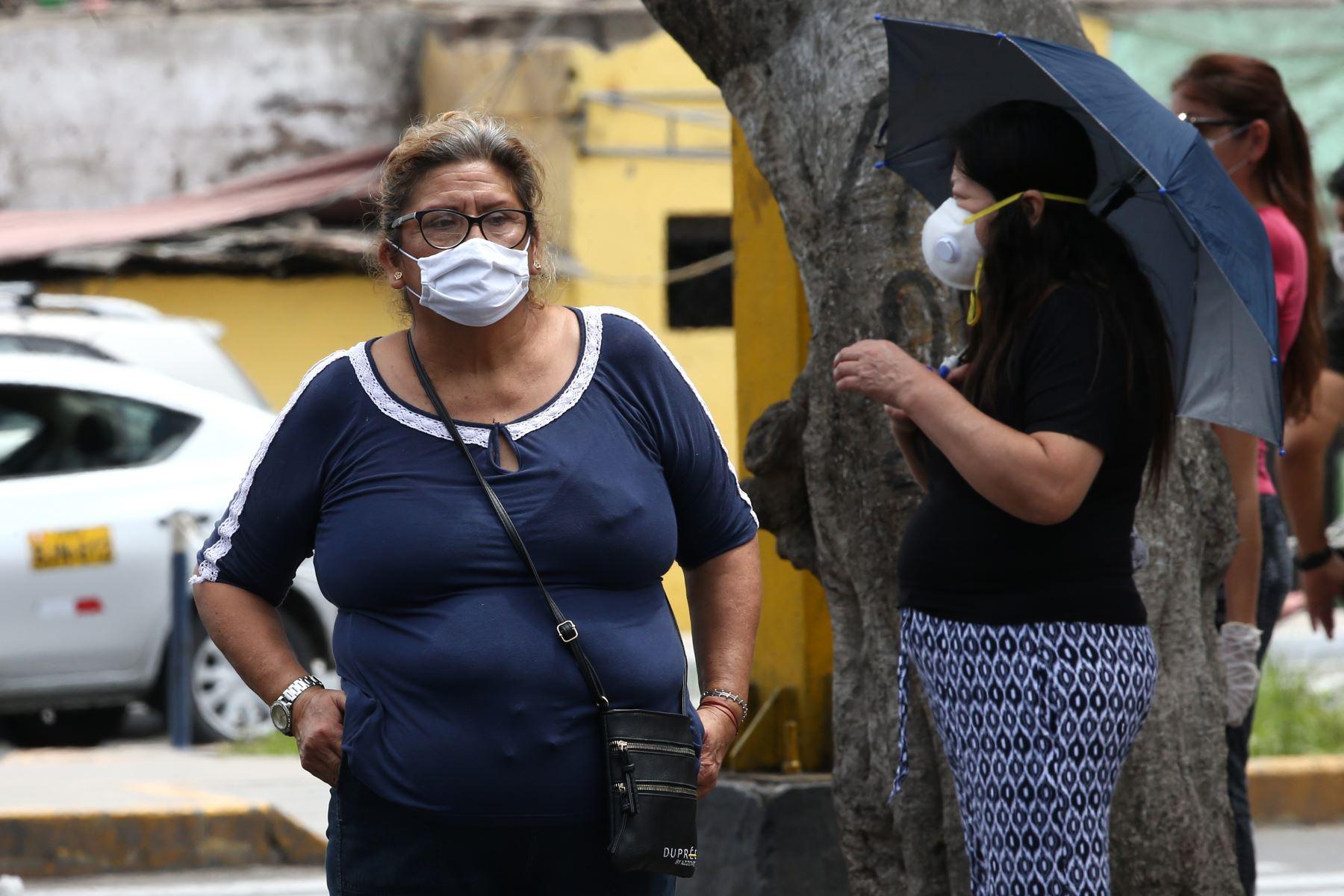 Aún muchas personas transitan por las calles  a pesar de la orden del gobierno de aislamiento social en prevención del Covid-19. Foto: ANDINA/Vidal Tarqui