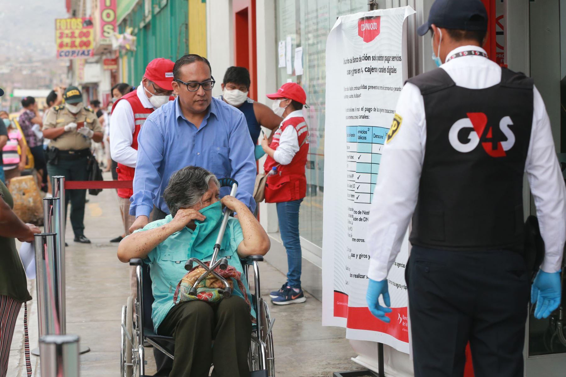 Agencias del banco de la Nación atienden a beneficiarios del bono de S/. 380.00, que el Estado brinda por la emergencia del coronavirus COVID-19.Foto: ANDINA/Jhony Laurente