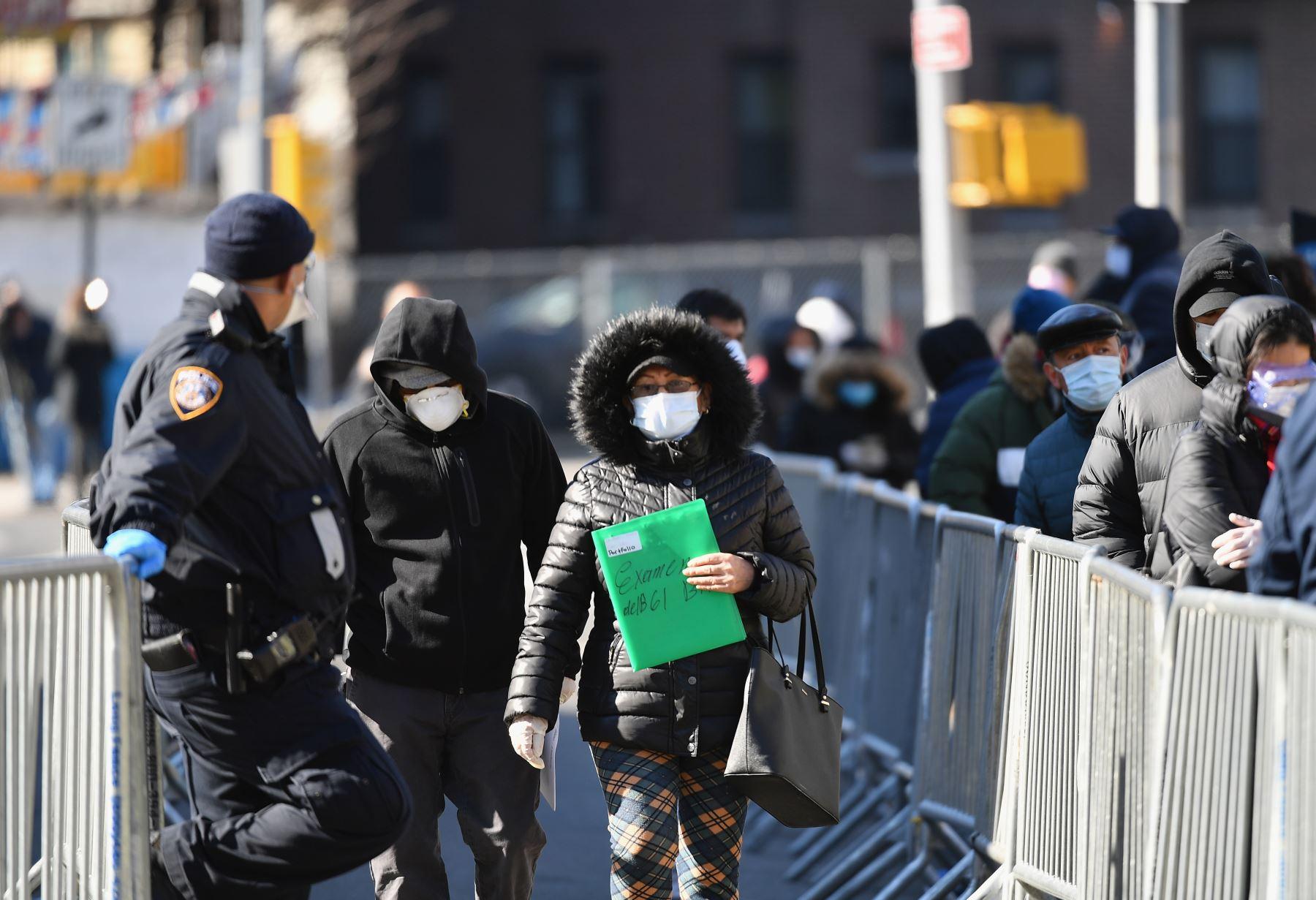 Las personas se van después de hacerse la prueba del coronavirus (COVID-19) en el Centro Hospitalario Elmhurst en el distrito de Queens de la ciudad de Nueva York. AFP