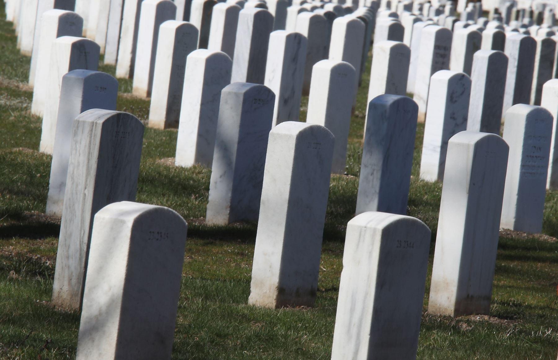 Una vista general del Cementerio Nacional de Long Island en New York. Estados Unidos hasta hoy lleva  80.837 infectados y más de mil fallecidos por coronavirus y . AFP
