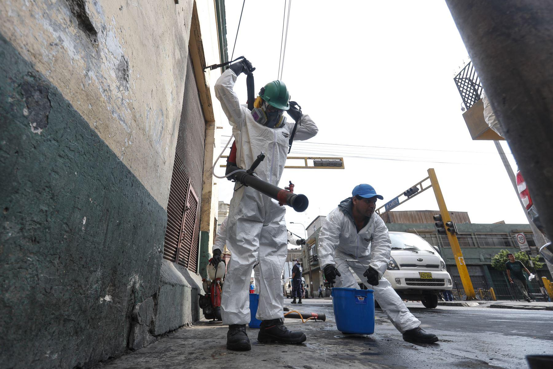 Personal de la Municipalidad de Lima, limpia y desinfecta avenidas y calles del Cercado de Lima. Foto: ANDINA/Renato Pajuelo