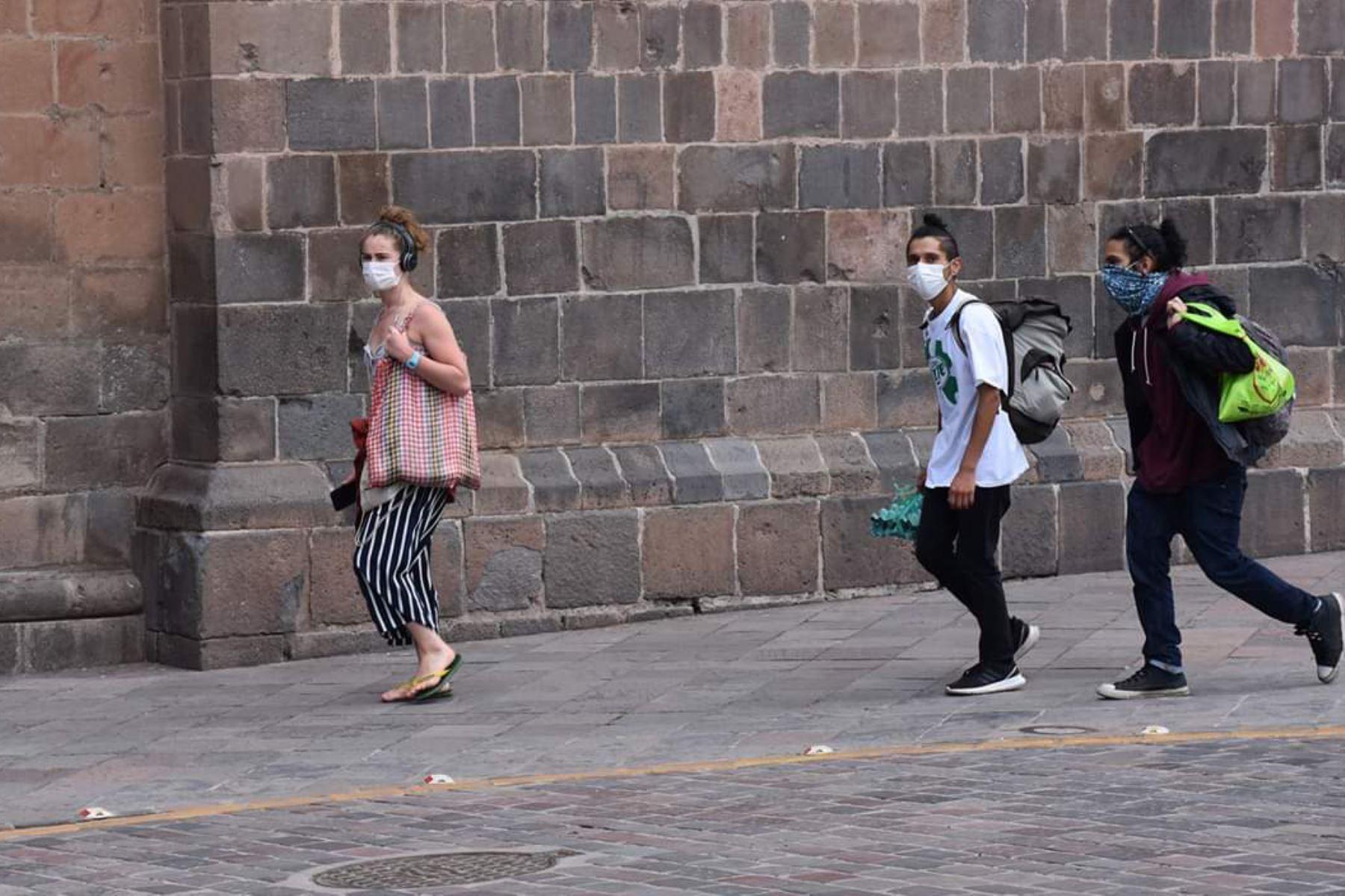 En el centro histórico del Cusco aún se observa a turistas y cusqueños, pese al estado de emergencia y aislamiento social. Foto: ANDINA/Difusión
