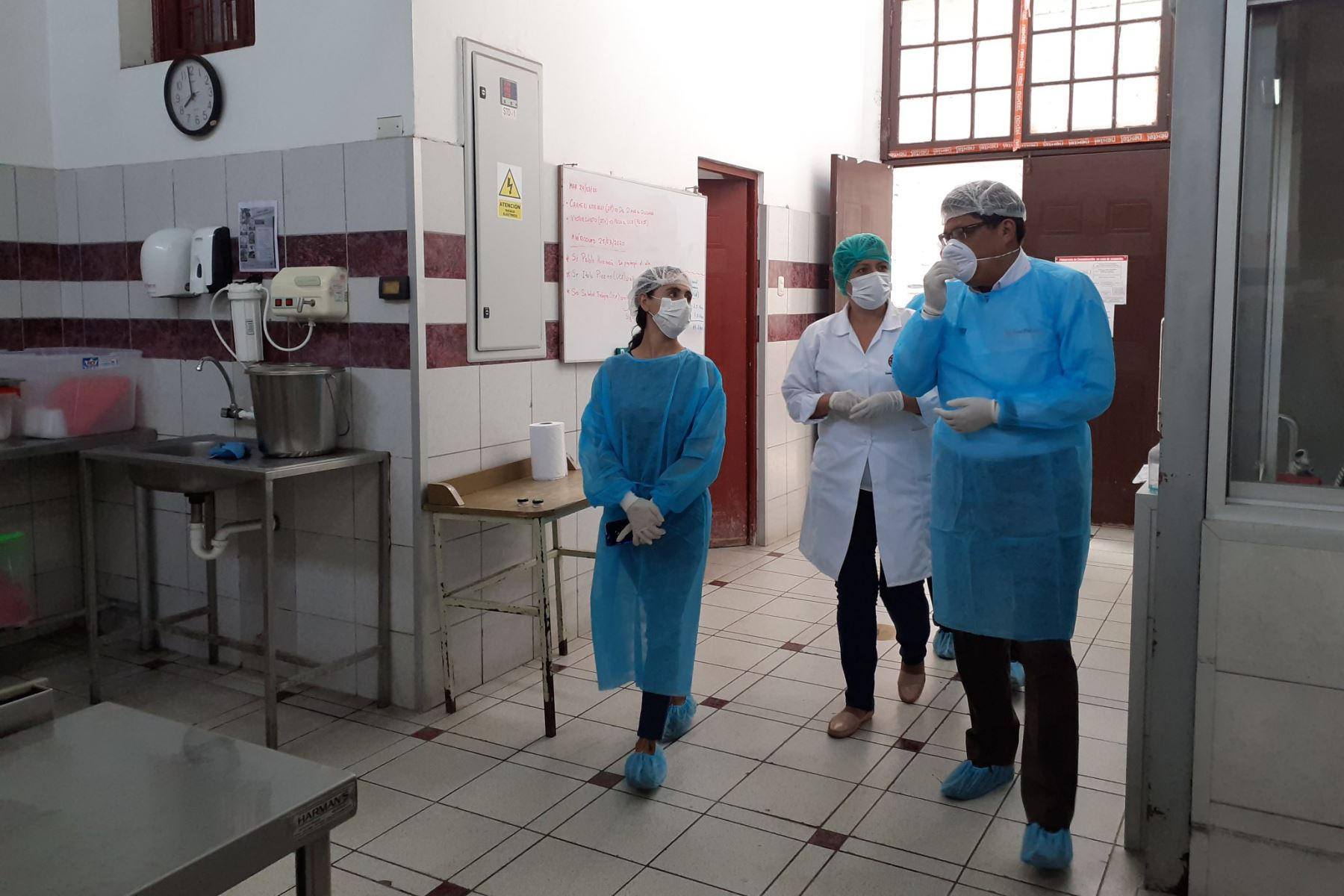 Jefe del Gabinete Ministerial, Vicente Zeballos felicita a los profesionales de la salud, que laboran en el Hogar San Vicente de Paul de la Beneficiencia de Lima  ante la propagación del COVID-19.  Foto: PCM