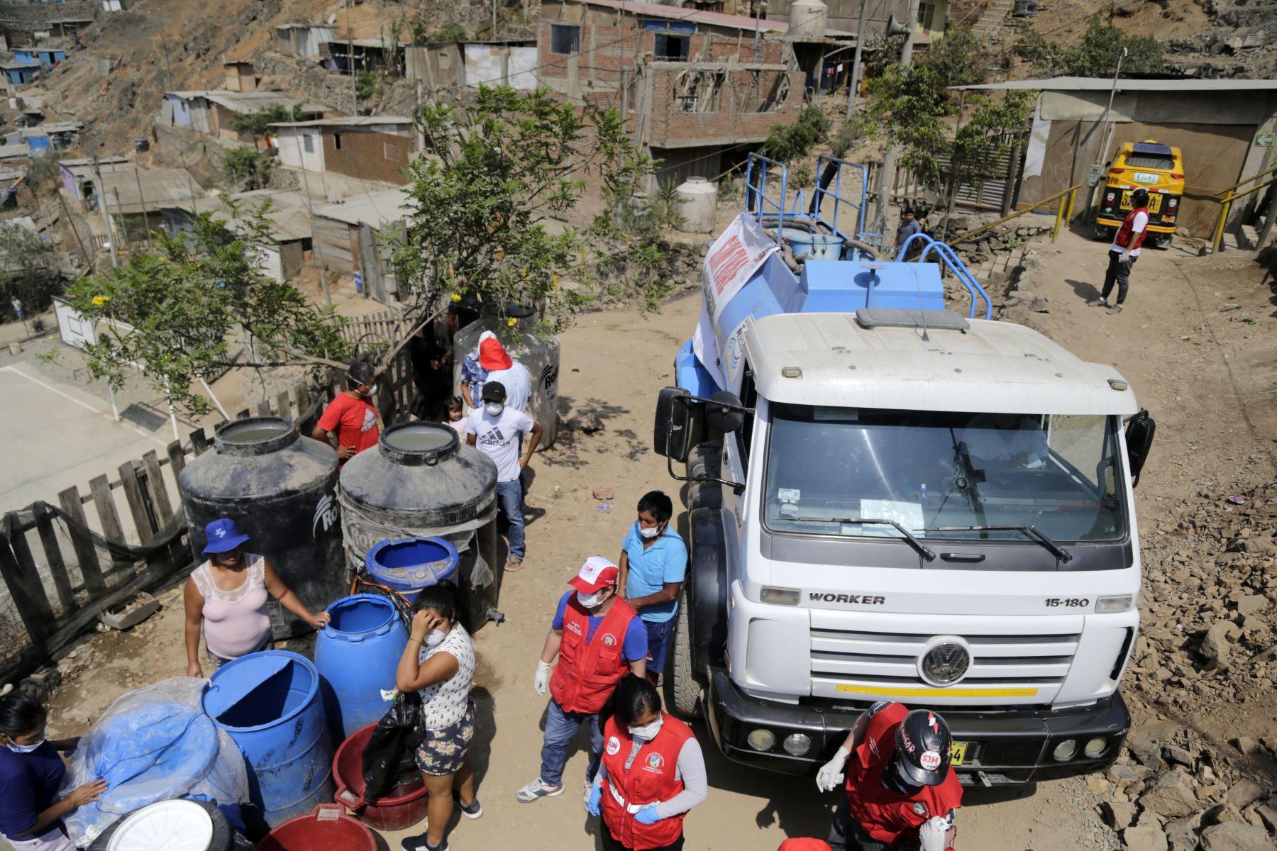 El Ministro de Vivienda , Construcción y Saneamiento , Rodolfo Yañez supervisa la entrega gratuita de agua a los asentamientos humanos de Nueva Rinconada en San Juan de Miraflores y Manchay en Pachacamac en la ciudad de Lima. Foto: ANDINA/Difusión