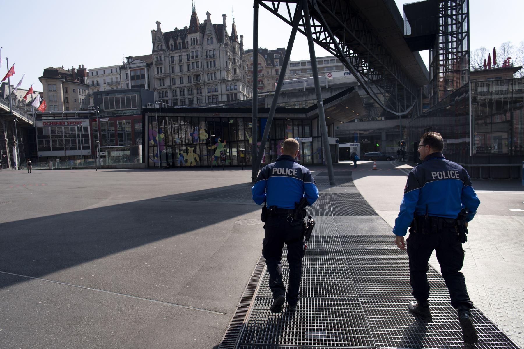 Los oficiales de policía de Lausana patrullan para evitar la reunión de más de 5 personas durante el estado de emergencia del brote de la enfermedad por coronavirus en Lausana, Suiza. Foto: EFE