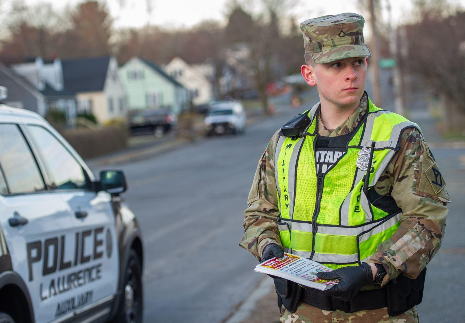 Las tropas de la Guardia Nacional de Massachusetts, junto con funcionarios de la policía local y estatal, distribuyen volantes que describen la necesidad de quedarse en casa, distancia social y lavarse las manos en un esfuerzo por limitar la propagación del coronavirus EE. UU. Foto: EFE