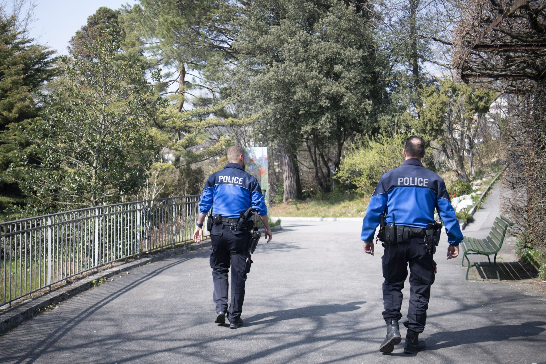 Los oficiales de policía de Lausana patrullan en un parque público para evitar la reunión de más de 5 personas durante el estado de emergencia del brote de la enfermedad por coronavirus  en Suiza. Foto: EFE