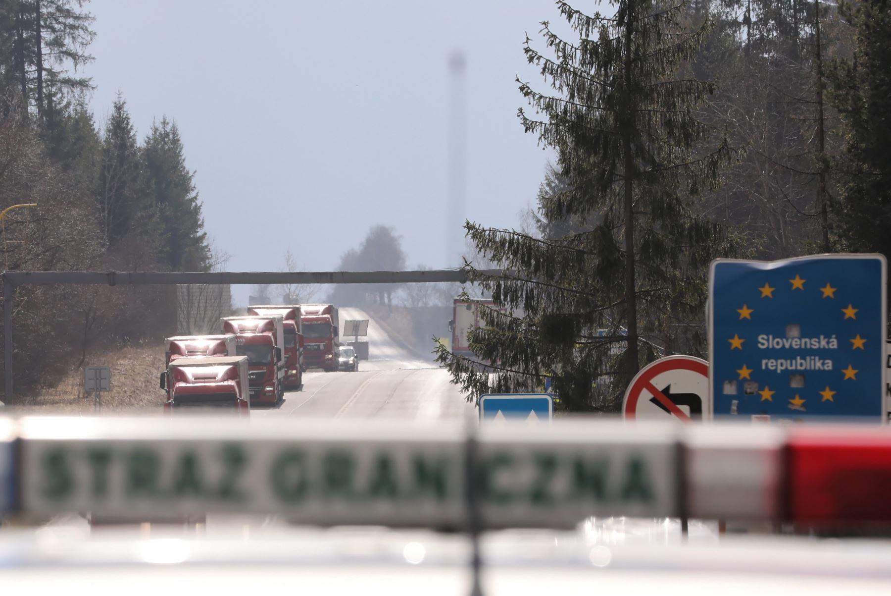 Los guardias fronterizos polacos controlan en el cruce fronterizo polaco-eslovaco en Chyzne, sur de Polonia, hasta nuevo aviso, los automóviles de más de 7,5 toneladas tienen prohibido ingresar a Eslovaquia. Foto: EFE