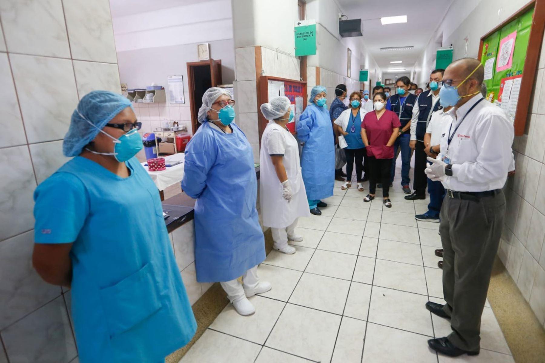 Miinistro de Salud, Victor Zamora  inspecciona el Hospital Hipólito Unanue, en El Agustino, para verificar que el personal cuente con los implementos necesarios, el buen estado de las instalaciones y la atención de calidad a pacientes. Foto: Minsa