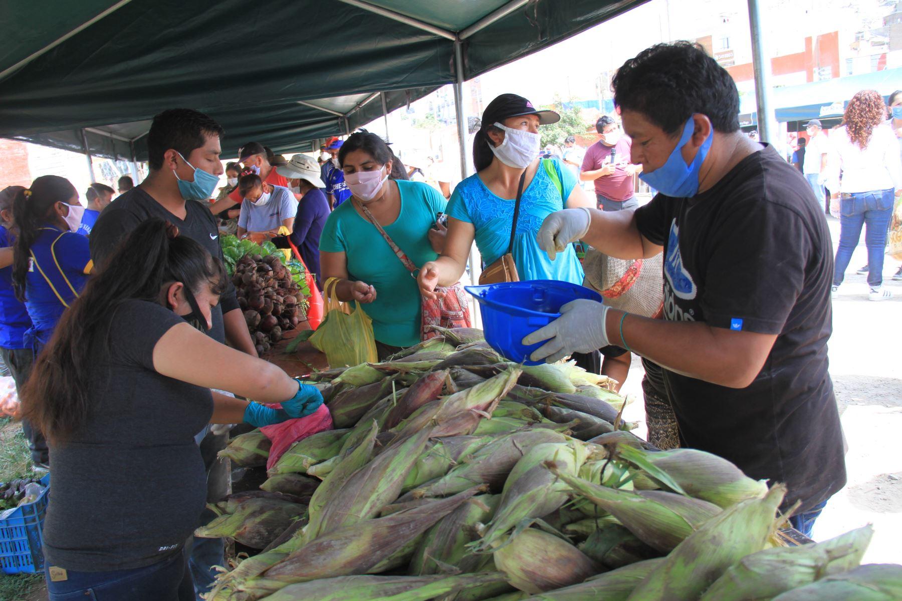 """Ministro de Agricultura y Riego, Jorge Montenegro recorre el primer mercado Minagri  """" De la Chacra a la Olla"""" , instalado en el distrito de Puente Piedra. Foto: Minagri"""