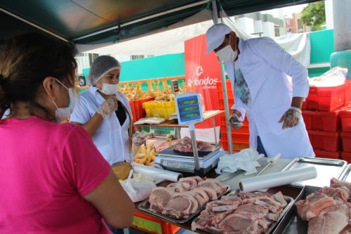 """El ministro de Agricultura impulsa el mercado """" De la chacra a la olla """" en San Borja"""