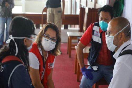 El ministro Víctor  Zamora llegó a Iquitos junto con la  ministra de Producción, Rocío Barrios, para tratar con  las autoridades loretanas las estrategias más pertinentes para afrontar el actual estado de la Salud en Loreto.
