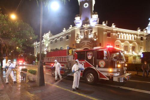 Bomberos realizan trabajos nocturnos en la desinfección de las principales avenidas de Miraflores