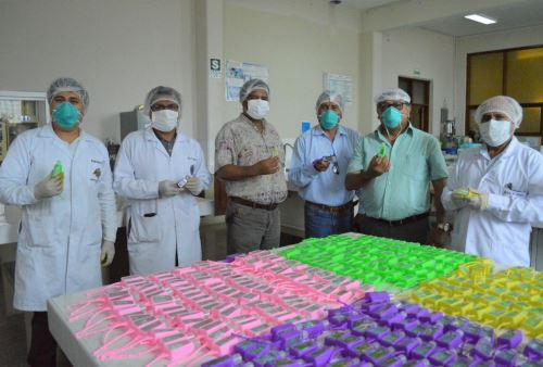 La Universidad Nacional de Trujillo y el Colegio de Abogados de La Liberad unen esfuerzos para elaborar alcohol en gel para policías, militares y personal de salud. ANDINA/Difusión