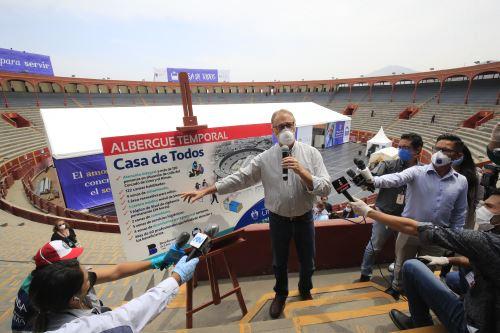El Alcalde de Lima Jorge Muñoz realizó un recorrido por las instalaciones de la Plaza de Acho la cual ha sido acondicionada como albergue para personas en situación de indigencia.