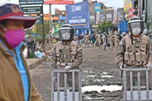 Coronavirus: miembros del ejército vigilan los mercados de Arequipa