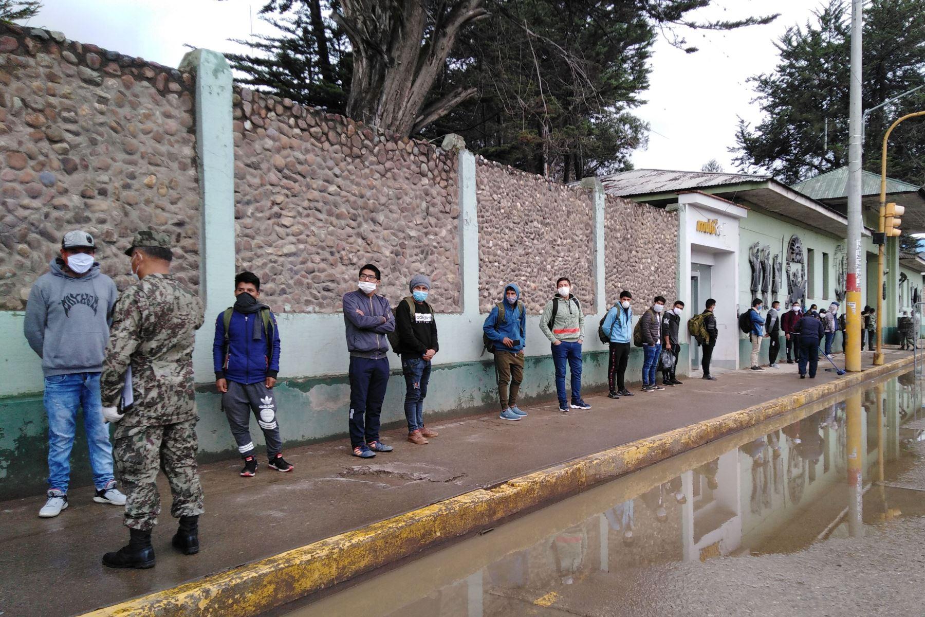 Gran cantidad de reservistas llegaron al cuartel 9 de Diciembre, de la ciudad de Huancayo, para reincorporarse al servicio militar. Foto: Cortesía/Pedro Tinoco