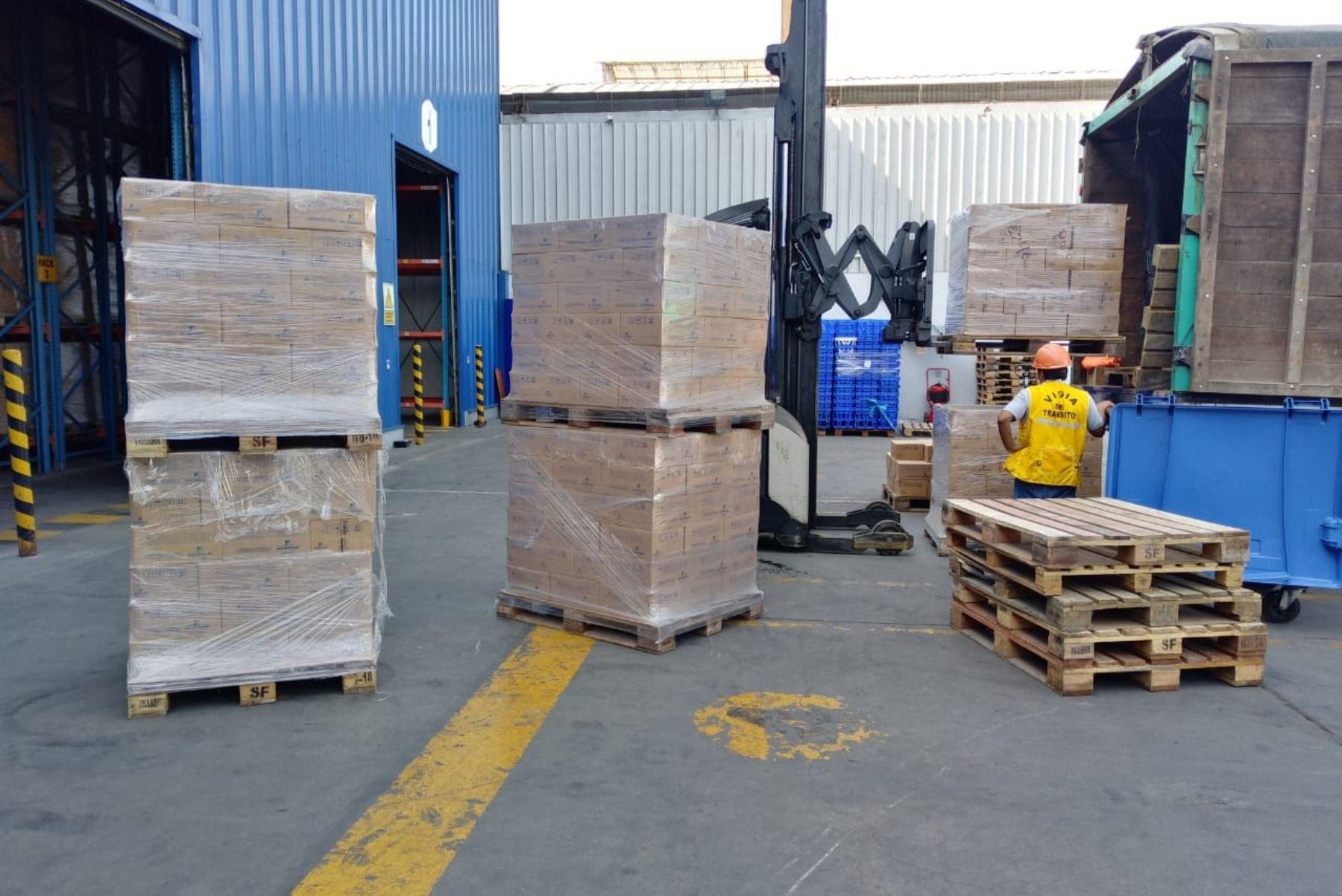 Personal de San Fernando prepara el traslado de donación para personas en situación vulnerable durante la emergencia nacional por coronavirus.
