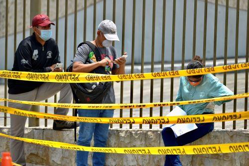Familiares con tapabocas esperan este miércoles la llegada de los féretros con sus seres queridos a un cementerio de Guayaquil (Ecuador). Foto: EFE