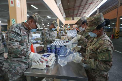 Coronavirus: Ministro de Defensa y jefe de Indeci supervisan el armado de kits de víveres donados para la población vulnerable