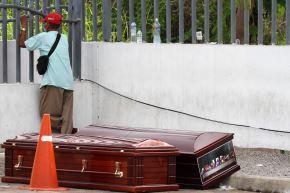 Hombre protegido con máscara facial espera el cadáver de un pariente frente a un hospital en Guayaquil, Ecuador. Foto: AFP