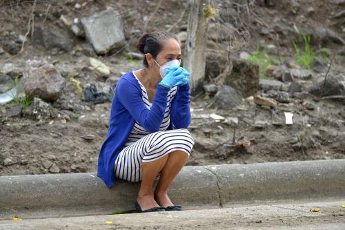 Una mujer con una máscara facial contra la propagación del nuevo coronavirus espera noticias sobre un pariente frente a un hospital en Guayaquil, Ecuador. Foto: AFP