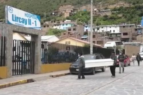 Pobladores afectados por intoxicación alcohólica fueron llevados al hospital de Lircay, en la región Huancavelica. Foto: Cortesía