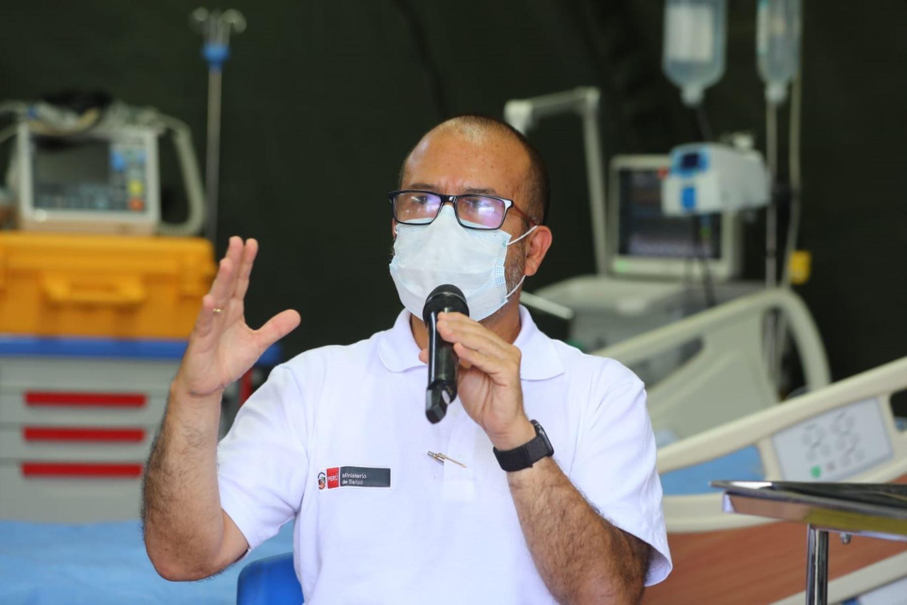 Ministro de Salud, Víctor Zamora, durante la visita al  hospital de contingencia de la Marina. Foto: ANDINA/ Prensa Presidencia