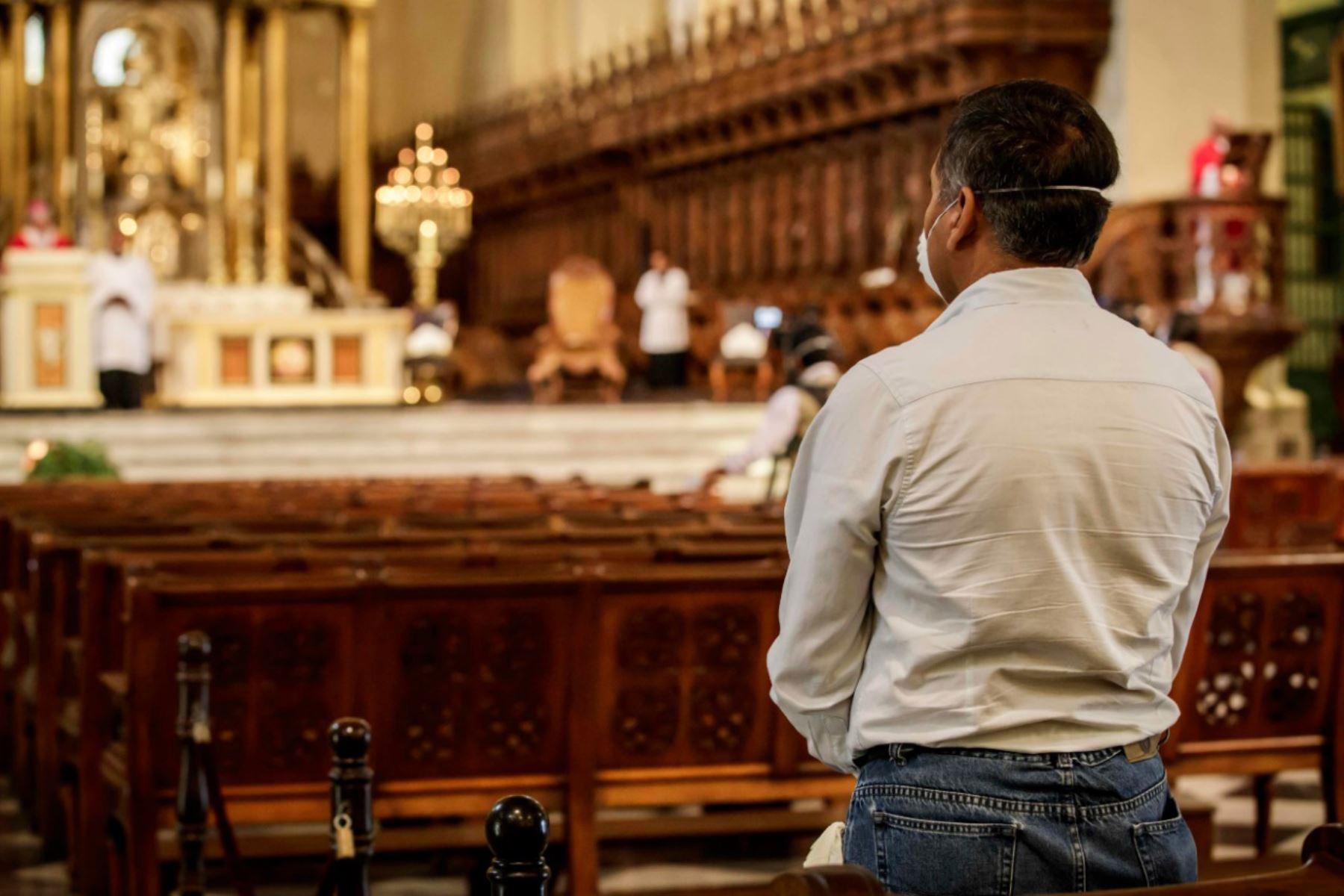 Monseñor Carlos Castillo, Arzobispo de Lima y Primado del Perú, presidió la Celebración Eucarística de este Domingo de Ramos a puertas cerradas y en memoria de todas las personas fallecidas por el coronavirus. Foto:Arzobispado de Lima - Katherine Cárdenas