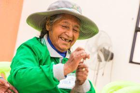 Más de 300,000 adultos mayores y personas con discapacidad reciben llamadas telefónicas de voluntarios que monitorean su salud emocional y física Foto: Midis