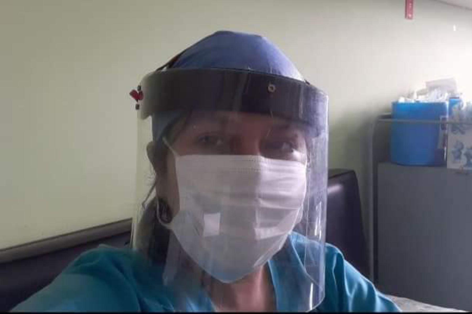 El artesano chimbotano confecciona estas máscaras de protección para el personal de salud de Áncash. Foto: ANDINA/Difusión