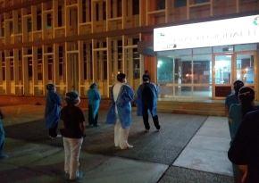 Captan a personal de salud del Hospital de Nuevo Chimbote orando antes de iniciar su turno para atender casos de coronavirus (covid-19). ANDINA/Difusión