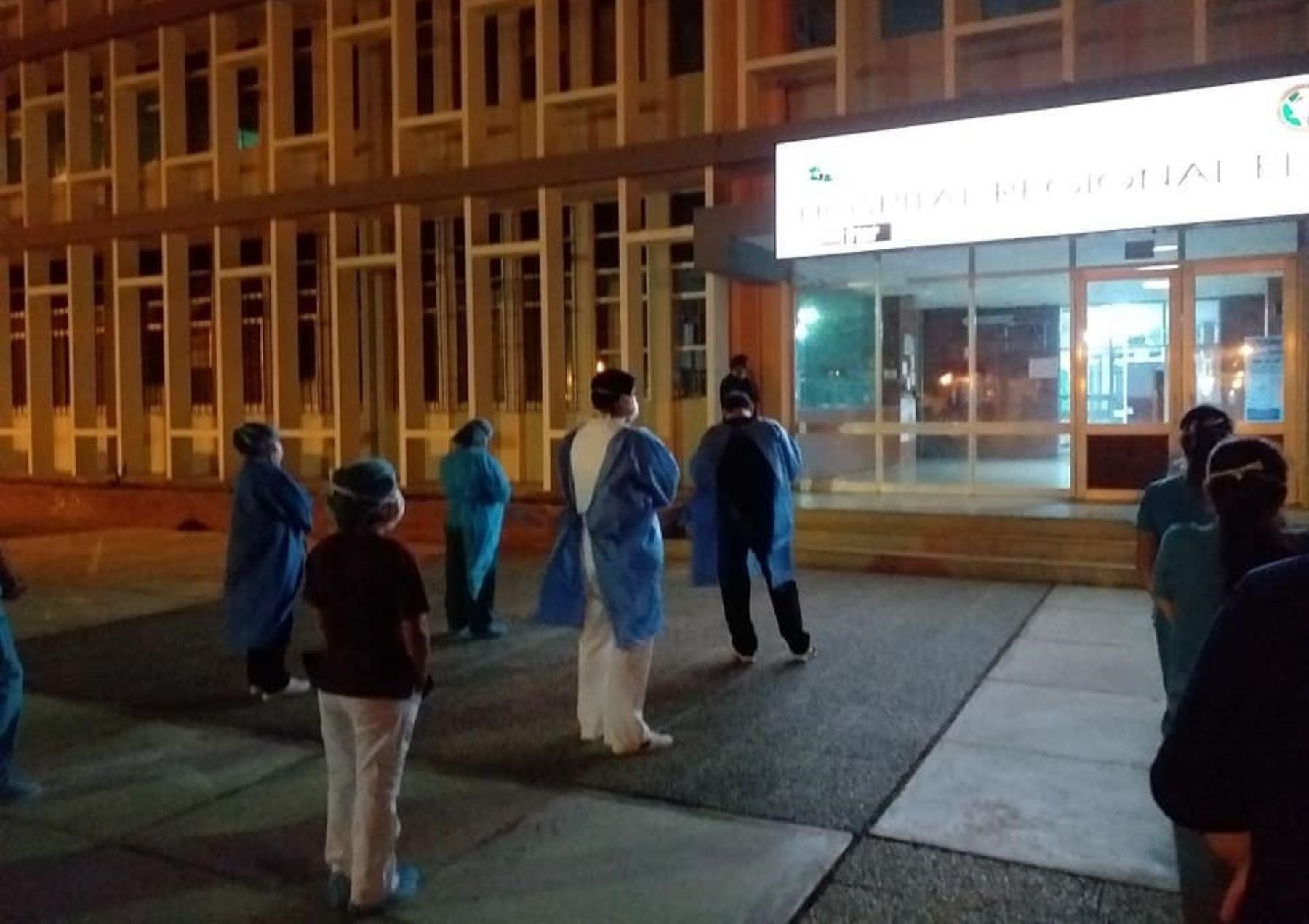 Captan a personal de salud del Hospital de Nuevo Chimbote orando antes de iniciar su turno para atender casos de coronavirus (covid-19). Foto: ANDINA/Difusión