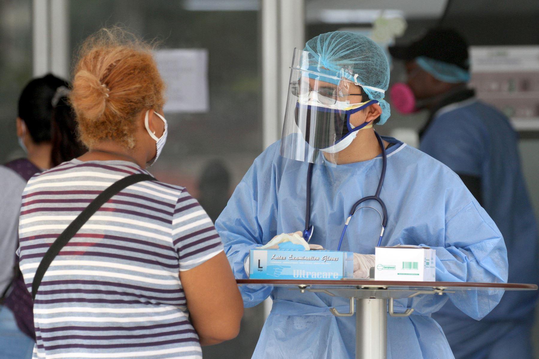 Médico habla con el pariente de un paciente fuera del Hospital Los Ceibos en Guayaquil, Ecuador. Foto: AFP