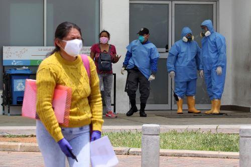 Mujer llora afuera del hospital Guasmo Sur en Guayaquil, Ecuador, durante la nueva pandemia de coronavirus. Foto: AFP