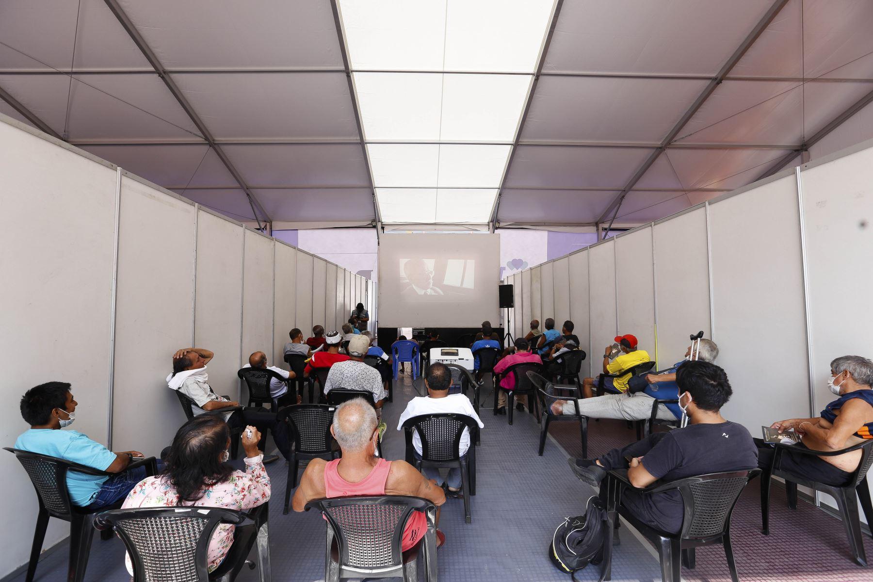Personas que habitan en la Casa de Todos, observan películas durante el estado de emergencia. Foto: ANDINA/Difusión