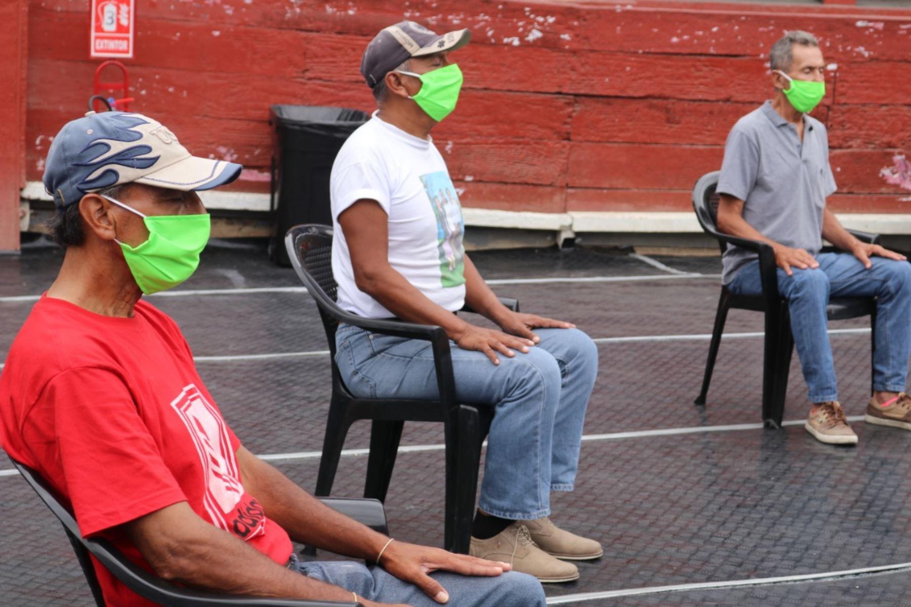 Personas que habitan en la casa de todos, realizan ejercicios de Tai chi y ven películas para entretenerse. Foto: ANDINA/Difusión