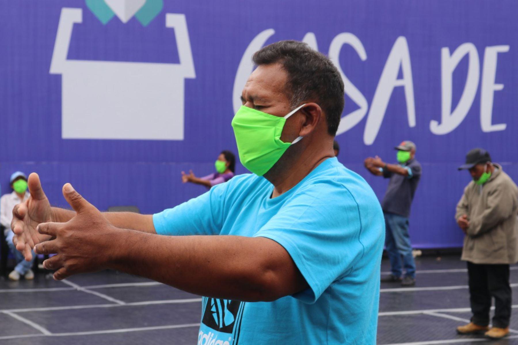 Personas que habitan en la Casa de Todos, realizan ejercicios de Tai chi para mejorar su salud física. Foto: ANDINA/Difusión