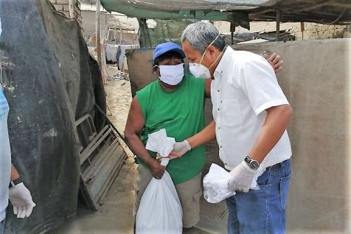 Pobladores de asentamientos humanos en Lambayeque reciben canastas de alimentos durante la emergencia sanitaria por el coronavirus.