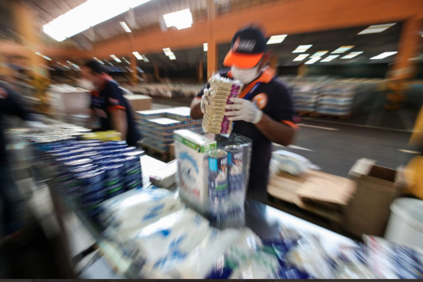 El titular de la PCM Vicente Zeballos, inspeccionó el almacén de alimentos no perecibles de Indeciperu en el Callao, donde se reciben y canalizan donaciones de empresas para apoyar a las familias más vulnerables que acatan el aislamiento por el COVID-19.Foto:ANDINA/PCM