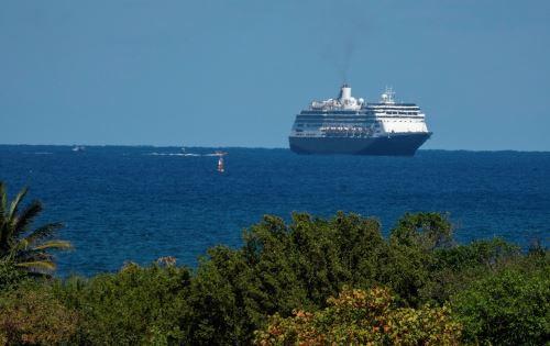 Seis personas -cuatro pasajeros y dos tripulantes- fueron evacuadas del crucero Greg Mortimer. Foto: EFE