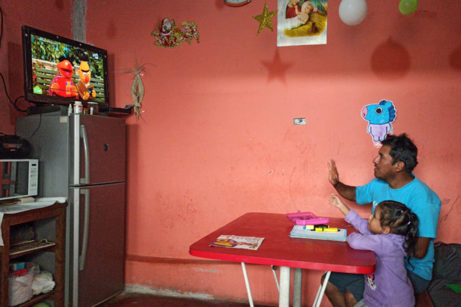 """Frente a un televisor, una radio o una computadora, estudiantes de todo el país empezaron el año escolar a través del programa virtual """" Aprendo en casa """" Foto: Minedu"""