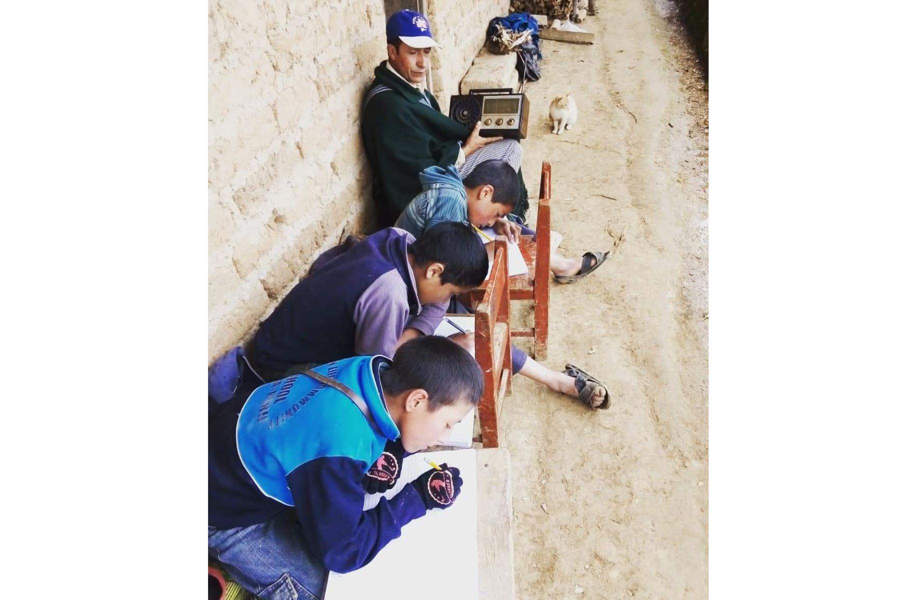"""Desde Morropon, Piura.Frente a un televisor, una radio o una computadora, estudiantes de todo el país empezaron el año escolar a través del programa virtual """" Aprendo en casa """" Foto: Minedu"""