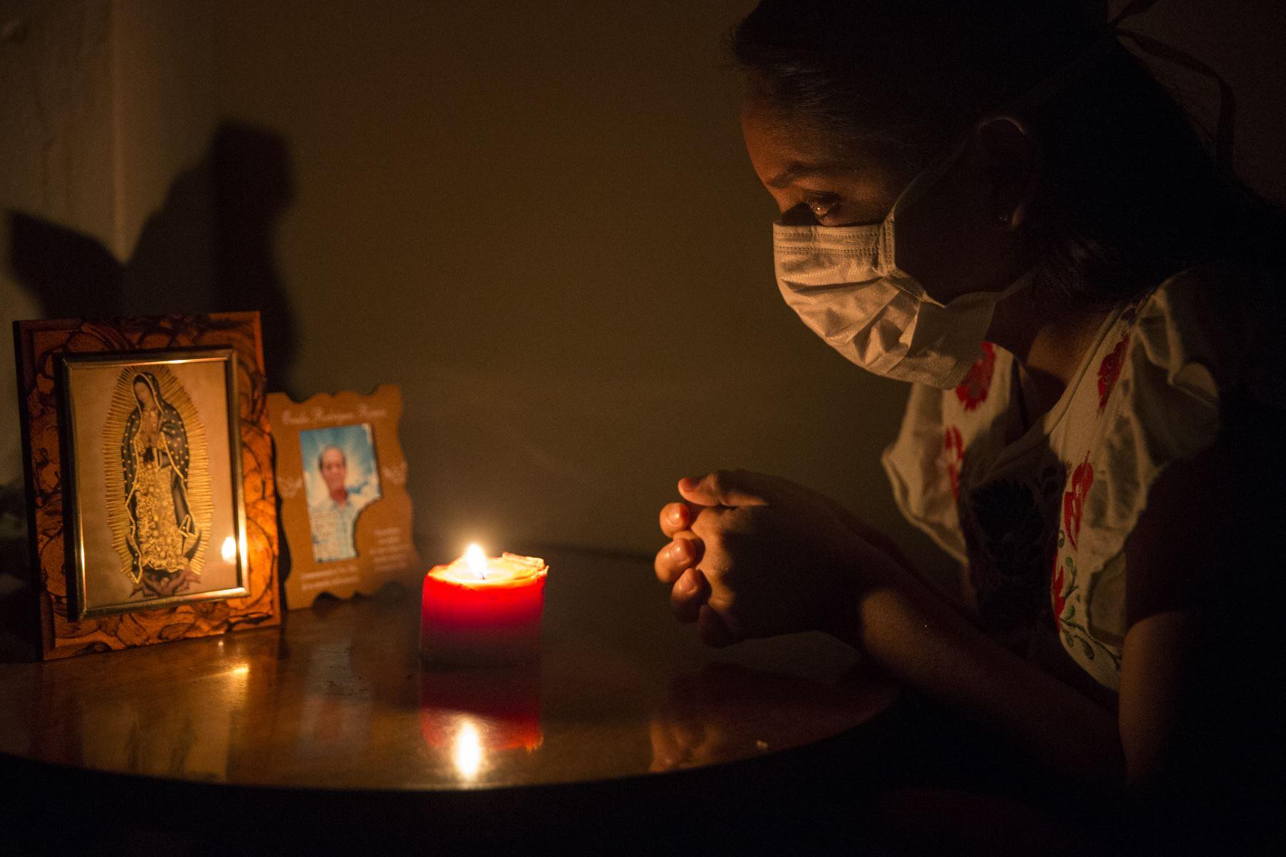 Las personas que pierden un familiar a causa del coronavirus COVID-19 tienen dificultades para velarlos y brindarles cristiana sepultura porqué por protocolos de bioseguridad del Estado el cuerpo debe ser cremado. Foto: ANDINA/Jhonel Rodríguez Robles