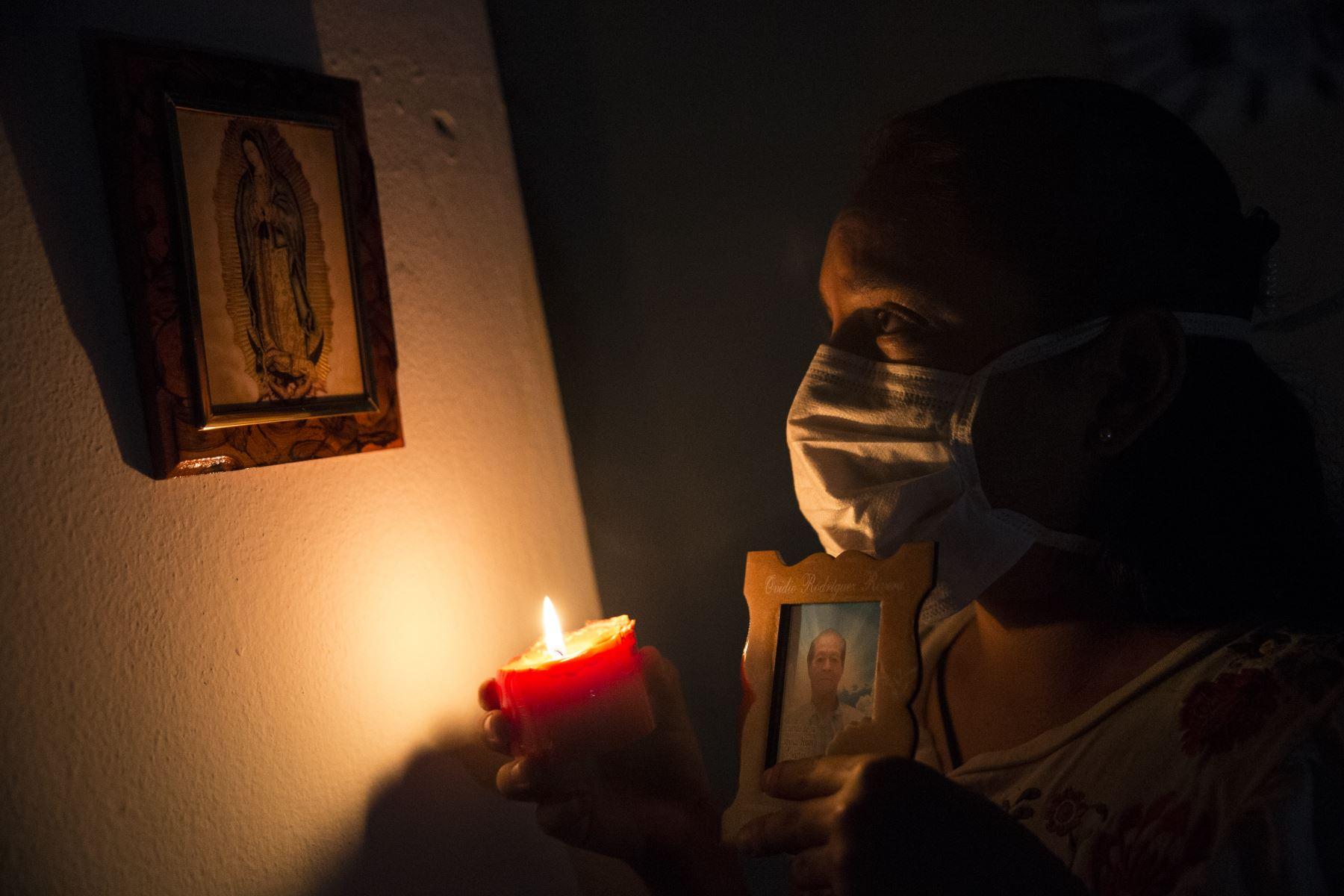 Experto aconseja dejar salir las emociones y buscar otros ritos de despedida que se adapten a la pandemia. Foto:ANDINA/Jhonel Rodríguez Robles