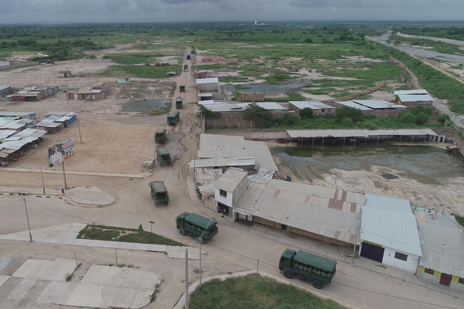 Tanques y efectivos de la 1ª brigada de Infantería, se desplazan para el reforzamiento del control de fronteras del norte del país, para evitar ingresos ilegales de personas contagiadas con el Covid-19.Foto:ANDINA/Mindef