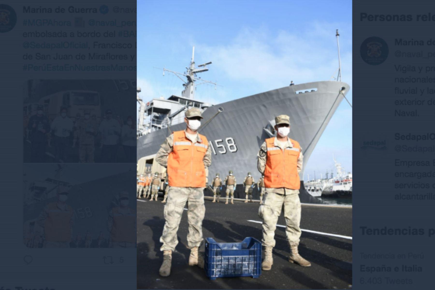 Marina de Guerra entregó agua procesada y embolsada a bordo del BAP Tacna, al Presidente del Directorio de Sedapal, para ser distribuidos en los distritos de San Juan de Miraflores y Puente Piedra.Foto: ANDINA/Mindef