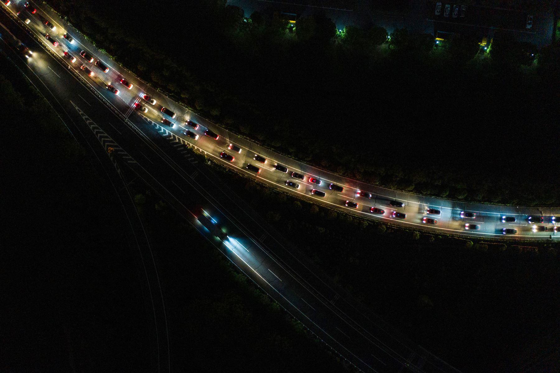 Autos haciendo cola en una estación de peaje de una autopista en Wuhan, en la provincia central de Hubei, en China. Foto: AFP